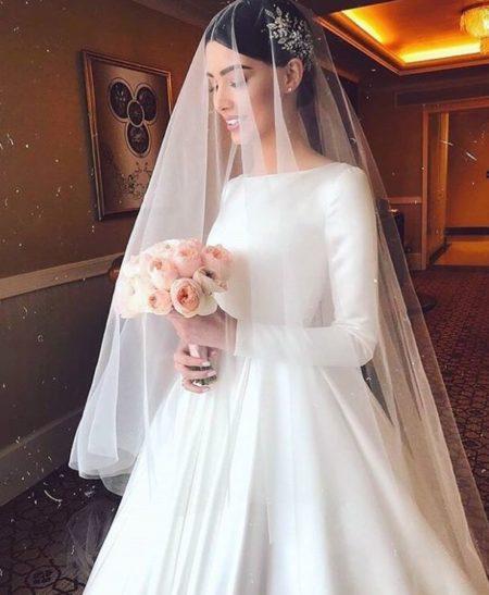 атласное свадебное платье с рукавами